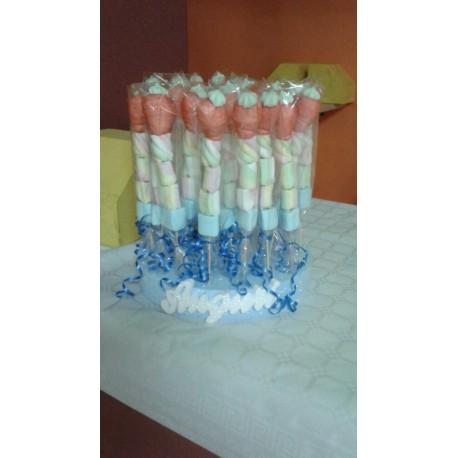 torta di spiedini di marshmallow con scritta auguri